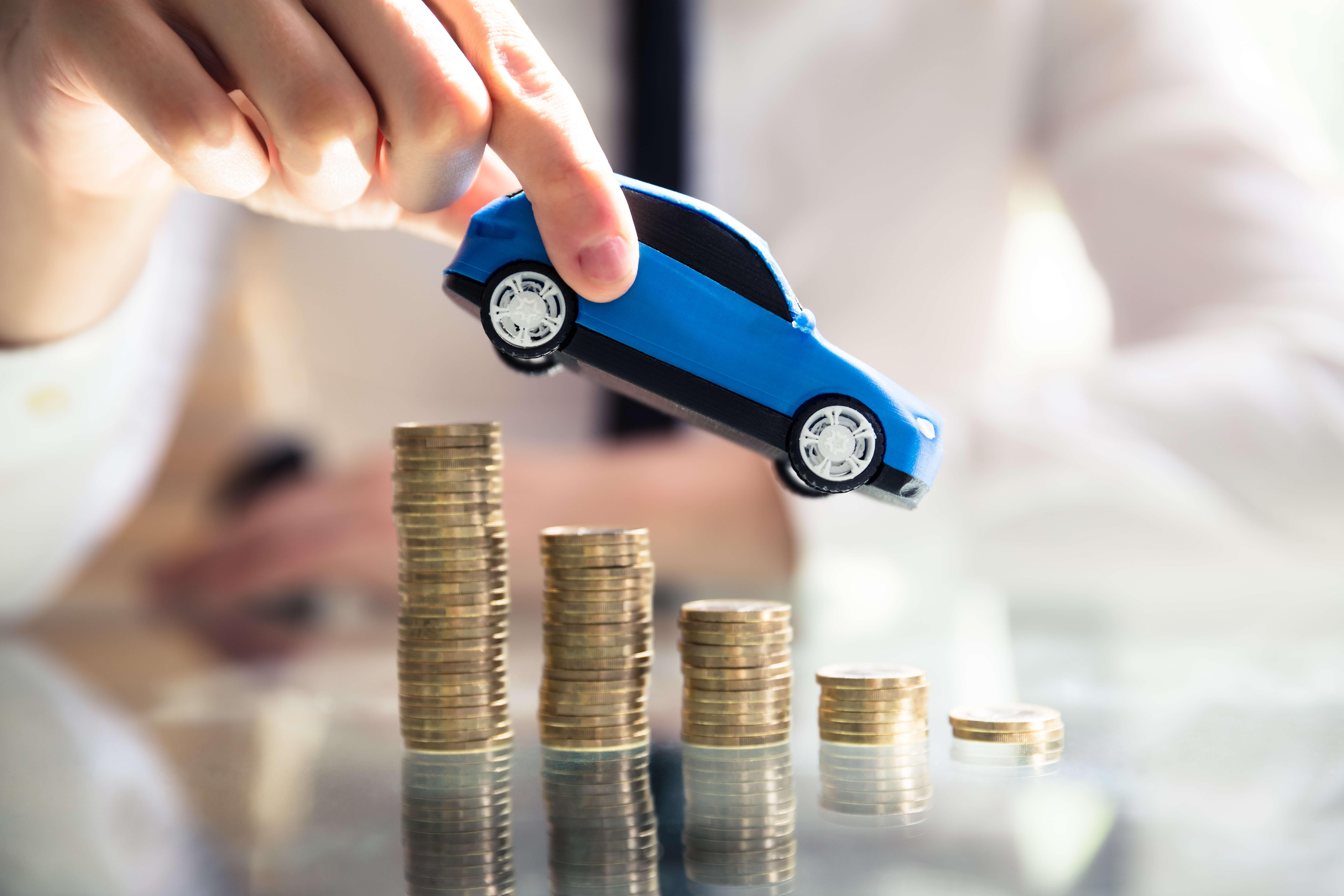 Co wpływa na wysokość polisy u młodych kierowców?