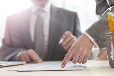 Wzór umowy kupna sprzedaży samochodu – wyjaśniamy, jak powinna wyglądać umowa!