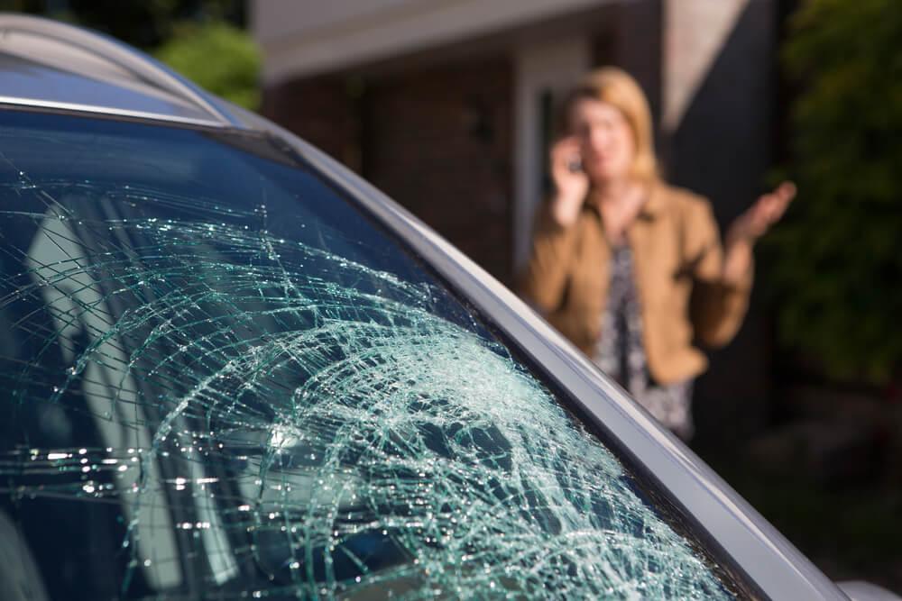 Uszkodzenie szyby trzeba natychmiast zgłosić ubezpieczycielowi