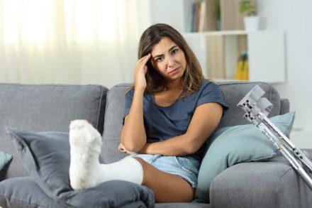Złamana noga na wakacjach – sprawdź koszty leczenia
