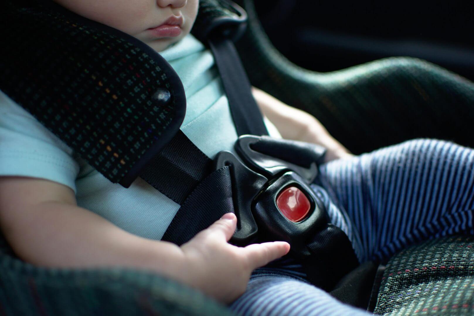 Dziecko w samochodzie – jak zadbać o bezpieczeństwo sprzętu i auta?