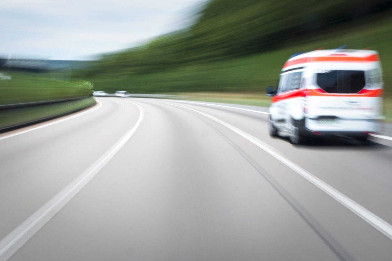 Karetka jadąca do wypadku