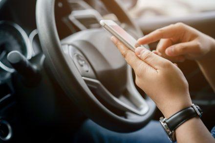 Jaki mandat grozi za używanie telefonu podczas jazdy?