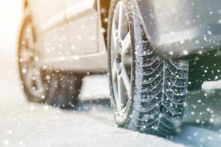 Jazda po oblodzonej drodze – jak bezpiecznie prowadzić?