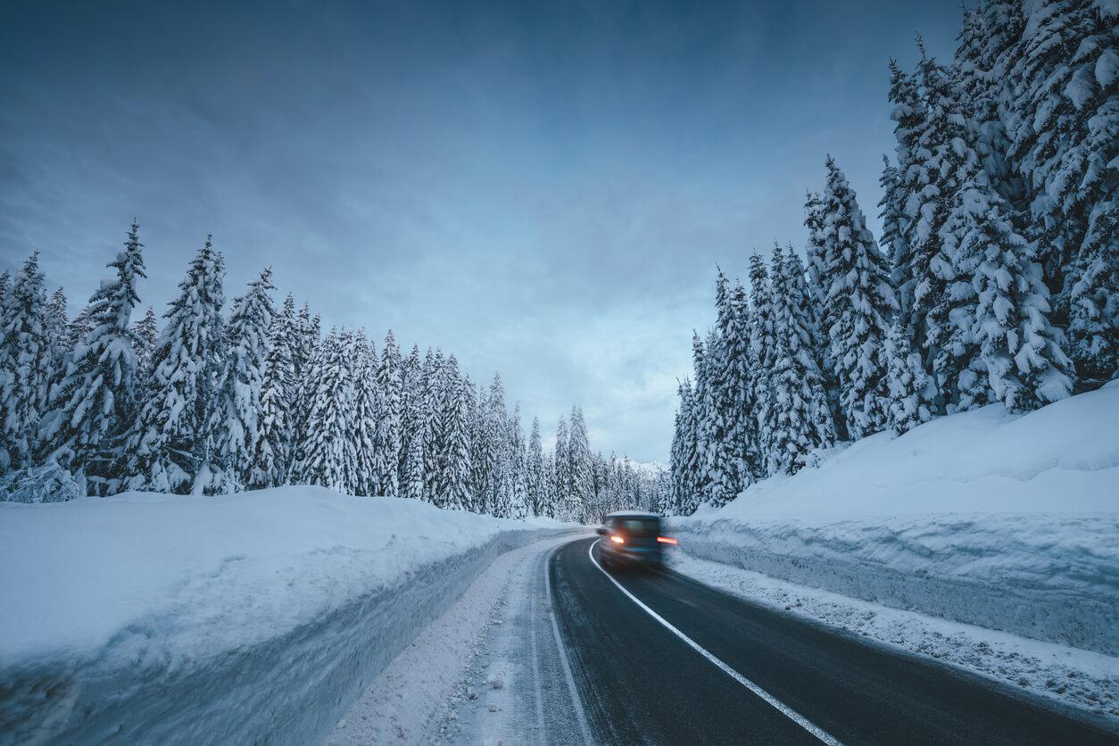 Na co szczególnie uważać podczas jazdy po oblodzonej drodze?