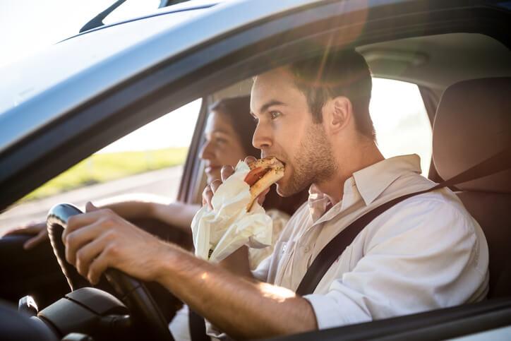 5 rzeczy, których nie wolno robić podczas jazdy (niektóre mogą Cię zaskoczyć)