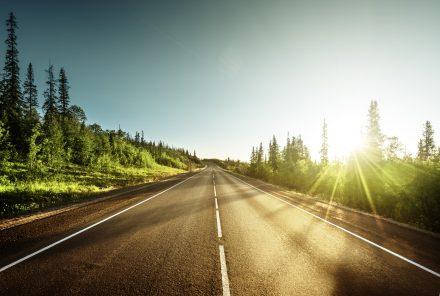 Uszkodzenie pojazdu przez zły stan nawierzchni – czy przysługuje Ci wypłata ubezpieczenia?