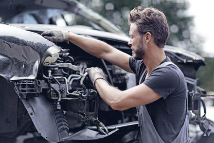 Kupiłeś używane auto? Dowiedz się, jakie części powinieneś wymienić!