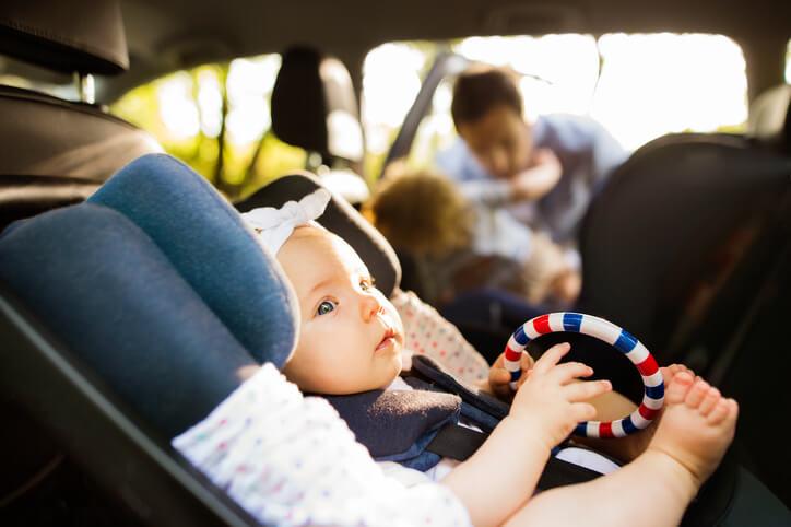 Foteliki samochodowe przepisy – co musisz wiedzieć