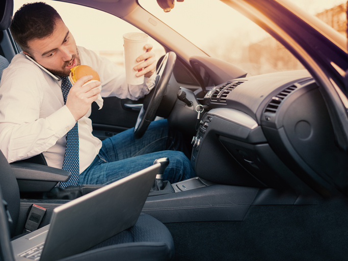 5 rzeczy, których nie wolno robić podczas jazdy