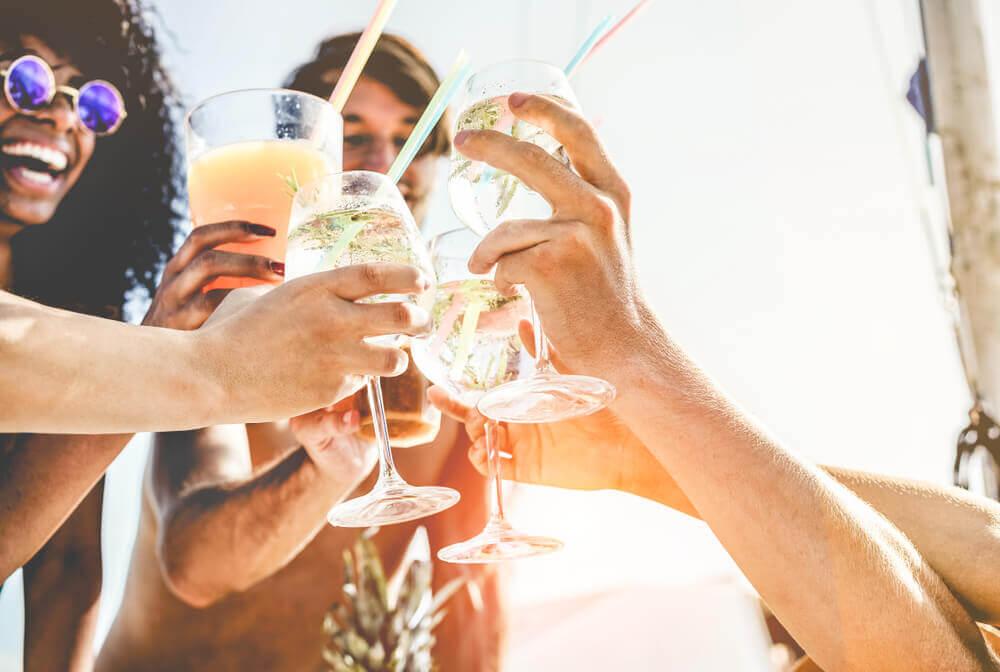 ubezpieczenie na wyjazd – czym jest klauzula alkoholowa?