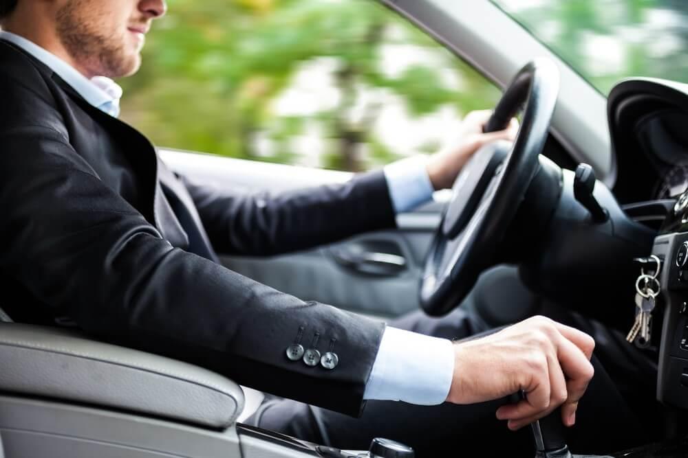 Elegancki mężczyzna w samochodzie firmowy w leasingu