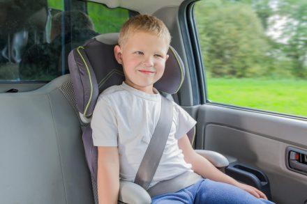 Jak bezpiecznie przewozić dziecko w samochodzie – sprawdź przepisy!
