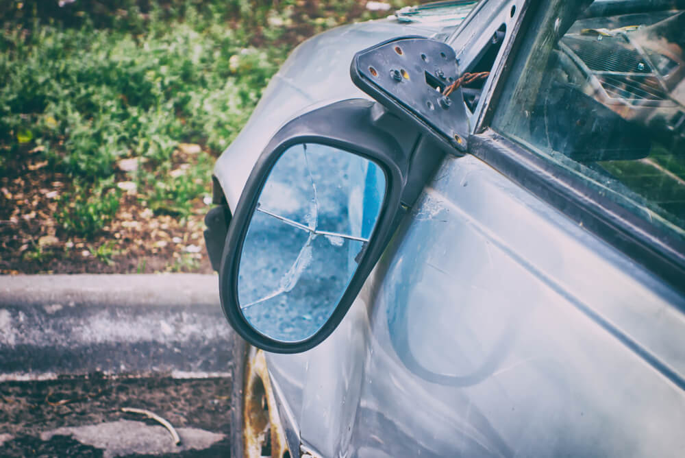 szkoda parkingowa i przetrącone lusterko