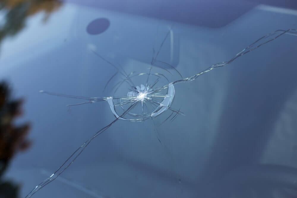 uszkodzenie szyby samochodowej